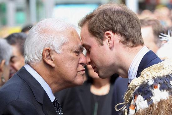 Принц Вильгельм и сэр Пол Альфред Ривз, бывший генерал-губернатор Новой Зеландии, приветствуют друг друга