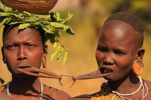 Удивительние обычаи женщин мурси