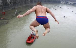 Почему новогоднюю ночь Итальянцы прыгают с моста в реку Тибр?