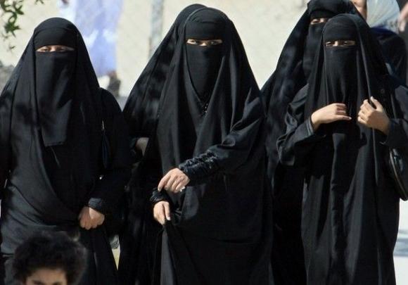 Арест и публичный расстрел за общение с мужчинами в Саудовской Аравии