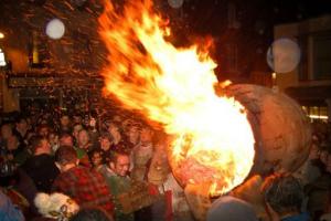 Почему шотландцы на Новый год поджигать бочку с дёгтем